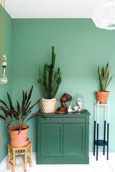 Green living room decor with green wall and DIY painted cabinet, terracotta planters MY ATTIC for vtwonen / DIY plant stand / greens / groen / planten / plants Photography: Marij Hessel Home Design Decor, House Design, Design Interior, Room Inspiration, Interior Inspiration, Sweet Home, Room With Plants, Diy Plant Stand, Plant Stands