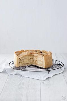"""Als ich in Amsterdam zum ersten Mal ins Schaufenster des Cafés """"De laatste Kruimel"""" geblickt habe, fiel mir sofort ein ganz besonderer Kuchen ins Auge. Er war höher als alle anderen, knusprig gebräunt und sah irgendwie interessant aus. Bei genauerem Hinsehen stellte ich fest, dass dieser Kuchen zu 90% nur aus Äpfeln bestand. Ein dünner Mürbteigboden, auf den fein geschnittene Apfelscheiben ges ..."""