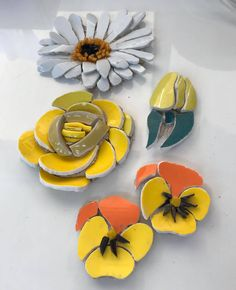 Hobbies And Crafts, Arts And Crafts, Mosaic Artwork, Mosaic Flowers, Mosaic Crafts, Mosaic Ideas, Garden Ornaments, Mosaics, Flower Pots