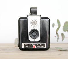 Ancien appareil photo Kodak à détourner en déco, en accumulation par exemple.  Ne fonctionne pas.  On aime : son look unique !  Possibilité de retrait à l'atelier de Bordeaux sur rendez-vous