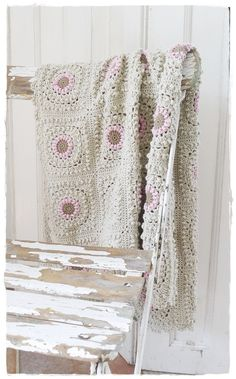 Site in German, no instructions, but love colors & is fairly easy to find pattern. Crochet Quilt, Crochet Art, Crochet Home, Crochet Crafts, Crochet Projects, Granny Square Crochet Pattern, Crochet Squares, Crochet Granny, Crochet Patterns