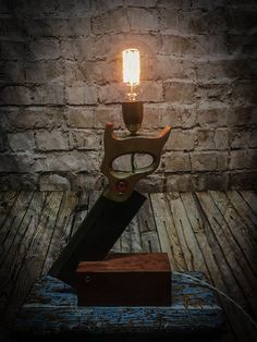 Light table DIY - carpenter saw and block table lamp . - Light table diy – carpenter saw and block table lamp … … - Light Table, Lamp Light, Diy Light, Light Fixture, Block Table, Rustic Lamps, Industrial Lamps, Bedside Table Lamps, Pipe Lamp