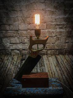 Light table DIY - carpenter saw and block table lamp . - Light table diy – carpenter saw and block table lamp … … - Rustic Lamps, Rustic Lighting, Industrial Lamps, Modern Lighting, Bedside Table Lamps, Bedroom Lamps, Light Table, Lamp Light, Diy Light