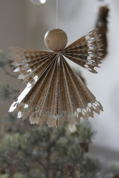 Best Decoration Ideas For Your Living Room! Diy Christmas Ornaments, Kids Christmas, Christmas Decorations, Xmas, Old Book Crafts, Book Page Crafts, Diy Angels, Kids Origami, Handmade Crafts
