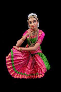 Monica Bellucci Photo, Indian Classical Dance, Sari Dress, Photography Editing, Photography Ideas, Dancer, Aurora Sleeping Beauty, Girls Dresses, Poses
