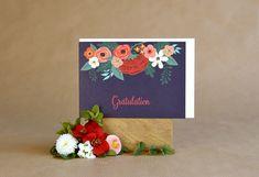 Unsere elegante Romy vereint florale Elemente mit femininer, verschnörkelter Schrift. Die kräftigen Farben erzeugen einen hohen Kontrast und betonen die detailreiche zugleich auffällige Gestaltung. Lettering, Tableware, Pink, Paper, Card Wedding, Handmade, Birthday, Amor, Flowers