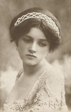 Gladys Cooper (English actress from 1888-1971). What a poignant photo. || Looks like Kristen Stewart... all faces are recycled :)