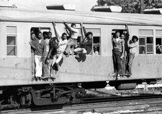Acervo/Estadão - Passageiros, ou pingentes como são conhecidos, viajampendurados no trem da Rede Ferroviária Federal (RFFSA) no Rio de Janeiro, em 1975. Leia mais em'Pingentes, uma triste realidade na Rede Federal'
