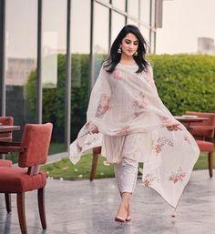 Fashion Week Dresses Dolce & Gabbana Ideas For 2019 Salwar Designs, Kurta Designs Women, Kurti Designs Party Wear, Patiala Suit Designs, Dress Indian Style, Indian Dresses, Indian Outfits, Simple Pakistani Dresses, Pakistani Suits