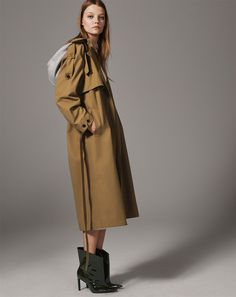 Zara offers up new styles for its fall-winter 2017 TRF collection. Model Roos Abels poses in the autumn styles including relaxed silhouettes and puffer jackets. Zara Fashion, Ootd Fashion, Fashion 2017, Daily Fashion, Trenchcoat Style, Zara Israel, Zara Looks, Zara Mode, Online Zara