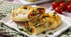 Så smart! Använd färdig pizzadeg och gör fina piroger! Fyll dem med ost, kyckling och tomatsåsen som följer med förpackningen. Fredagsgott som även passar att ta med på picknick.