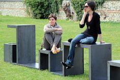 Banco de aço geométrico em parque em Nessie - Bologna, Itália