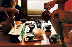 Thái Nguyên. Nguồn nguyên liệu chè an toàn tiếp đó được chế biến theo đúng quy trình kỹ thuật thủ công truyền thống với bí quyết chỉnh lửa và cách lấy hương bằng lửa, cho ra đời các sản phẩm trà có dư vị chát - ngọt và hương cốm đặc trưng. Cơ sở 1: Số 12 Phố Trần Quý Cáp, Đống Đa, Hà Nội.  Hotline: 094.232.1957 Email: hasilk75@gmail.com