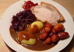 Flæskesteg med kartofler og sovs samt rødkål