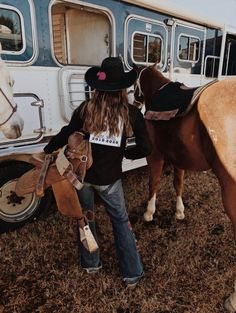 Rodeo Foto Cowgirl, Estilo Cowgirl, Cowgirl And Horse, Cowboy Hats, Western Photography, Horse Girl Photography, Cowgirl Pictures, Horse Pictures, Country Girl Pictures