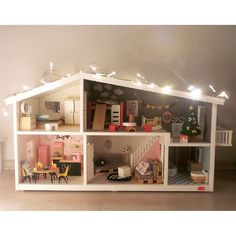 the house is by lundby, furniture by hape, djeco and diy, posters mostly by human empire. dolls and accessoires by sylvanian families. for a five year old child, who likes staying at home better than anything else.