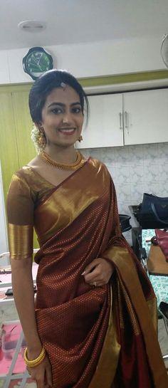 Beautiful Kerala Hairstyle for Saree Indian Bridal Sarees, Bridal Silk Saree, Indian Bridal Fashion, Kerala Engagement Dress, Engagement Saree, Traditional Blouse Designs, Christian Wedding Sarees, Kerala Saree Blouse Designs, Womens Fashion