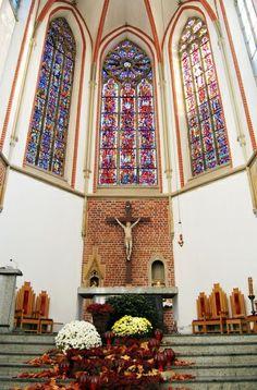 #Ołtarz główny. #dominikanie #wrocław #alter #światło #stainedglass #witraż