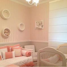 Quarto bebê l Papel de parede listrado e nichos redondos, deixaram este quartinho charmosíssimo! Projeto @milenecuridavid_arq #babyroom #quartodebebe #babies #baby #bebê #mybaby #wallpaper #cute #homedecor #luxurydecor #love #girl #babygirl #girlroom #decor #decoração #arquitetura #photo #architecture #papeldeparede #goodnight #sextalinda #friday #blogfabiarquiteta #fabiarquiteta  www.fabiarquitet