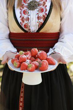 Skap en magisk stemning med mai-feiring i hagen! Acai Bowl, Strawberry, Fruit, Lady, Breakfast, Food, Acai Berry Bowl, Morning Coffee, Essen