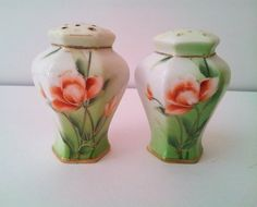 Vintage Salt And Pepper Shakers Made in Japan Flower Design. $9,00, via Etsy.altezza 3 pollici