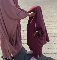 Arab Girls Hijab, Muslim Girls, Hijabi Girl, Girl Hijab, Niqab Fashion, Fashion Outfits, Islamic Girl Pic, Baby Hijab, Muslim Couple Photography