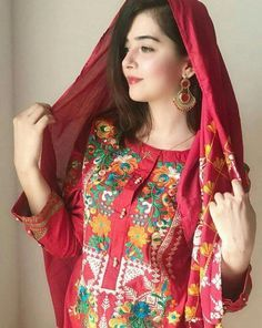 Beautiful Girl Photo, Cute Girl Photo, Beautiful Girl Indian, Teenage Girl Photography, Girl Photography Poses, Pakistani Dresses Casual, Pakistani Dress Design, Stylish Girls Photos, Stylish Girl Pic