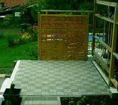 Bau einer Terasse mit Gartenteich im Hausgarten