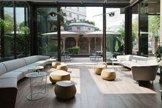 El lobby de este hotel urbano es amplio con sofás grandes