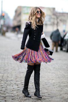Alors que Big Apple était plongée dans un hiver glacial depuis quelques jours, les invités de la Fashion Week automne-hiver 2016-2017 retrouvent avec bonheur le soleil, leurs manteaux colorés, enfilent des demi-vestes et oublient même de mettre un pantalon. Retour en images sur le meilleur et le pire du street style des défilés new-yorkais.