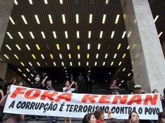 """""""A corrupção é terrorismo contra o povo"""", diz cartaz durante protesto contra o senador Renan Calheiros, em 09 de Fevereiro de 2013. (Foto: J. Duran Machfee / Futura Press)"""