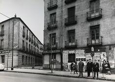 Personas esperando el autobús en la calle Alberto Aguilera, enfrente del barrio de Pozas, actual ubicación de El Corte Inglés de Princesa. 1966