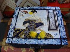 Caja cofre decorada con papeles vinílicos, esmaltes, acrílicos, texturas y repujados.