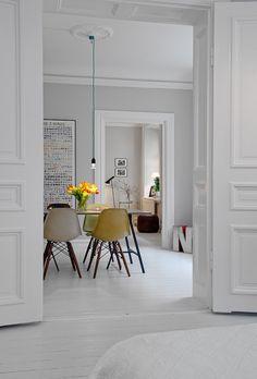 Love love love the eames chairs. The Design Chaser: Alvhem Mäkleri & Interiör White Dining Chairs, Side Chairs, Eames Dining, Eames Chairs, Dsw Eames, Dining Area, Dining Table, Dining Room Inspiration, Interior Design Inspiration