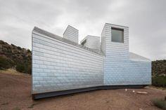 Vista exterior. Casa Element por MOS architects. Fotografía © Florian Holzherr. Señala encima para verla más grande.
