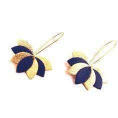 Boucles d'oreilles cuir bleu roi et doré, fleur de cuir sur monture dorée style dormeuse