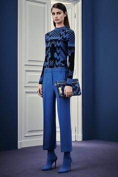 Italian fashion house Versace presented their new Pre-Fall 2015 collection. Creative director Donatella Versace took a step back from the usual signature figure Fashion Week, Fashion Show, Fashion Outfits, Fashion Design, Fashion Trends, Uk Fashion, Fashion Fotografie, Winter Typ, Fall Winter