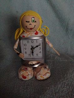 Una rubia hecha reloj