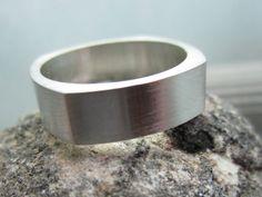 Este listado está para un anillo hecho a mano de 6mm plata de ley. Se hace de plata tradicional. Los cuatro cuadrado diseño hace una banda única y confortable para usar.  Al formar este anillo, durante el proceso de calentamiento del anillo desarrolla lo que se llama una escala de fuego, cobre sube a la superficie. Este proceso de recocido ablanda el metal por lo que puede ser formado. Con cuidado polaco de la mano y saque a todos de esta escala.  El anillo se convierte en una pieza…