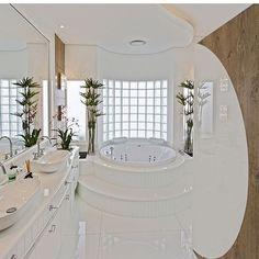 ✨✨✨ Luxo! Ótima ideia do tijolo de vidro que traz iluminação natural.  @construindominhacasaclean . . . . . #blog #construindominhacasaclean #decor #decoracao #interiordesign #interior #casa...