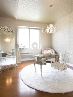 Vintage glam decor ideas for my dressing room , I do want a girlie chandelier for my dressing room like this