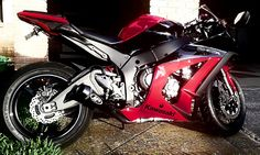 Kawasaki zx-10r gen4 with a nice carbon tailpiece and m4 exhaust (street slayer, I think)