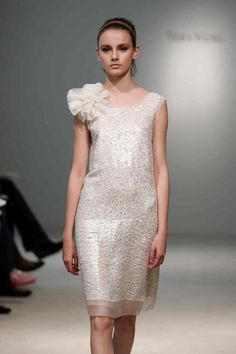 Cada vez más mujeres se animan a los vestidos de novia cortos, ya sea para el civil o para celebrar su boda de una forma diferente y un poco más desestructurada. Si estás buscando ideas para tu vestido de #novia, mira estas opciones.