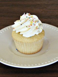 give the impression of bakery bought cupcakes at your next celebration! Cupcake Art, Cupcake Cakes, Cupcake Shops, Cupcake Ideas, Cup Cakes, Fancy Cupcakes, Yummy Cupcakes, Think Food, Love Food