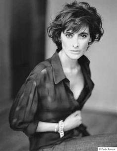 Ines de la Fressange, encarnación del espíritu parisino y de un chic atemporal, es modelo, diseñadora de moda y de perfumes. En los 80 fue la primera modelo en firmar un contrato de exclusividad con Chanel y se convirtió en la musa de Karl Lagerfeld. Además es diseñadora y consultora para Jean Paul Gaultier.