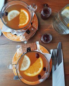 Zimowa Herbata - ta z weekendu z restauracji, ale dziś w domu mam w planach zrobienie takiej wlasnie rozgrzewające herbaty z pomarańcza, cytryna i imbirem. To jeden z moich ulubionych zimowych napojów. Jest pyszna i aromatyczna! Do tego uzupełni zapas witaminy C, rozgrzeje i poprawi nastrój 🍵🍵 #goodmorning #morning #tea #wintertea #winter #wintertime #blog #blogger #restaurant #poznan #herbata #zimowaherbata #healthy #healthylifestyle #zima #girl #vscocam