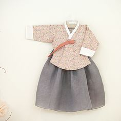 I die. Korean Traditional Dress, Traditional Fashion, Traditional Dresses, Little Fashion, Baby Girl Fashion, Kids Fashion, Korean Outfits, Kids Outfits, Cool Outfits