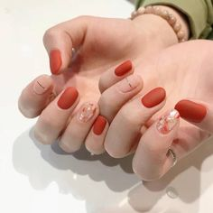 False nails have the advantage of offering a manicure worthy of the most advanced backstage and to hold longer than a simple nail polish. The problem is how to remove them without damaging your nails. Elegant Nails, Stylish Nails, Trendy Nails, Korean Nail Art, Korean Nails, Minimalist Nails, Bridal Nails, Wedding Manicure, Bridal Makeup