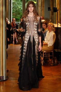 with an arabian dreams vibe Alberta Ferretti Limited Edition Fall 2016 Couture Collection Photos - Vogue Fashion Moda, Runway Fashion, High Fashion, Fashion Beauty, Fashion Show, Fall Fashion 2016, Autumn Fashion, Beautiful Gowns, Beautiful Outfits