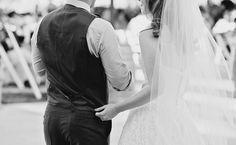 """""""Un consejo para los novios: si crees que el día de tu boda va a ser soleado y acalorado, no olvides usar un buen chaleco que complemente tu vestido para que puedas quitarte el saco y aún así verte bien. Wedding Music, Wedding Veils, Free Wedding, Wedding Day, Wedding Bride, Wedding Gifts, Quirky Wedding, Wedding Advice, Autumn Wedding"""